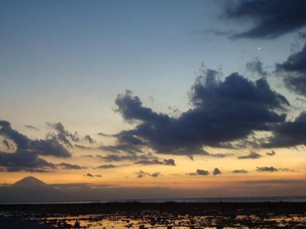 O vulcão de Bali e a lua no canto superior direito